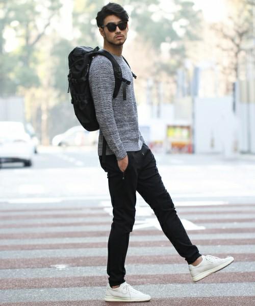 グレーカットソー×黒パンツ