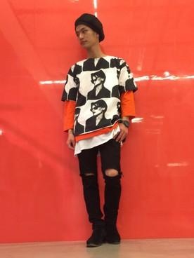グラフィックTシャツ×レイヤードスタイル×ダメージジーンズ