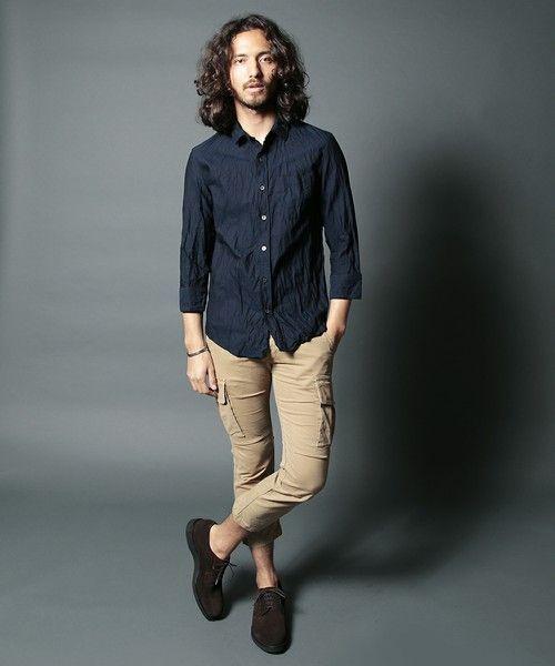 ネイビーシャツ×ベージュカーゴパンツ