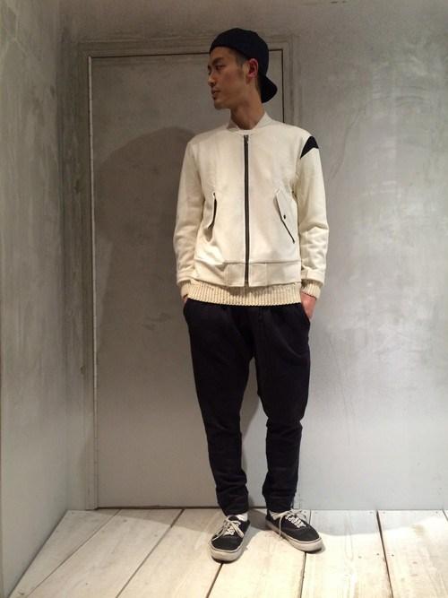 ホワイト×黒パンツ