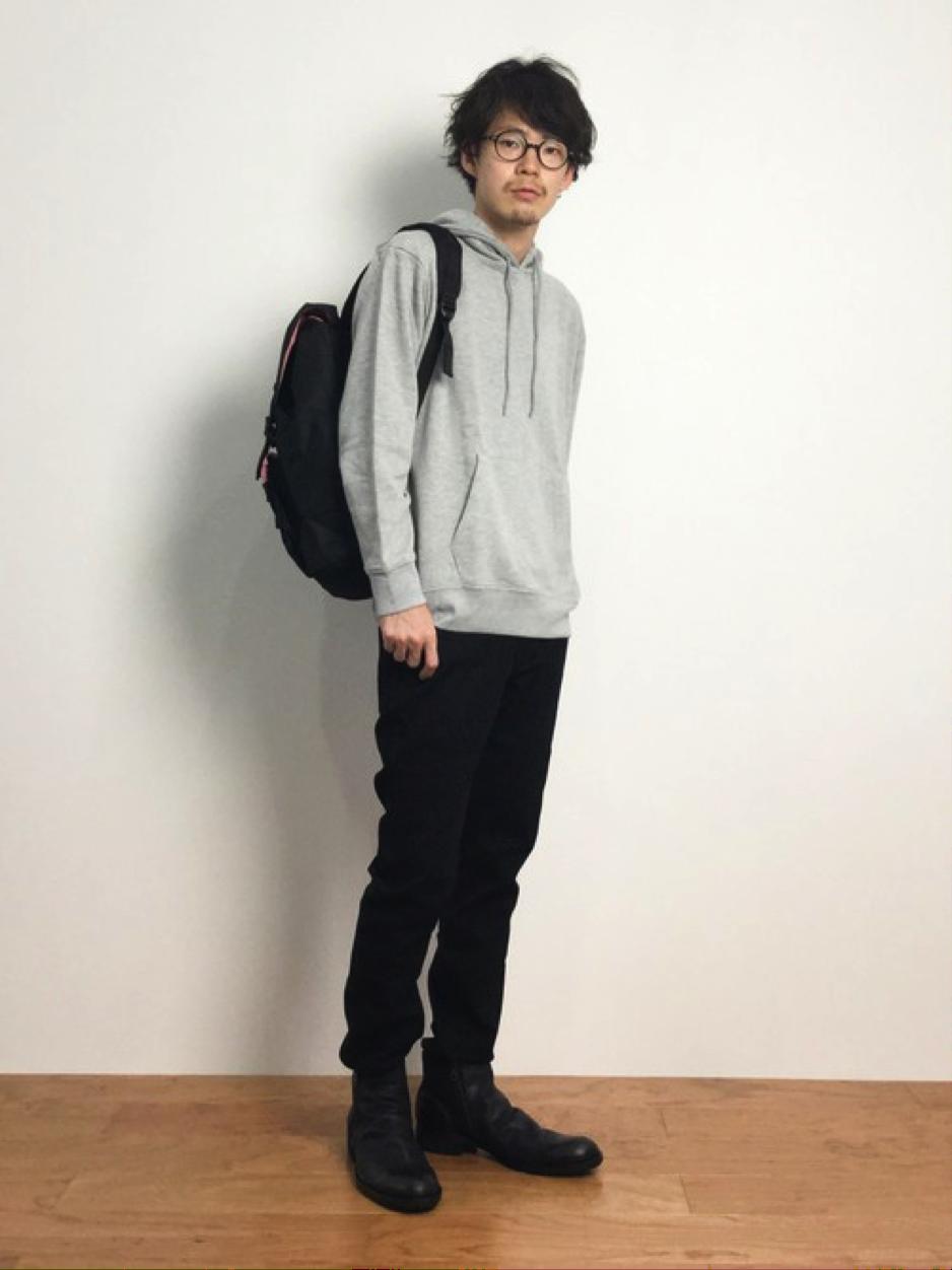 グレーパーカー×黒パンツ×黒靴