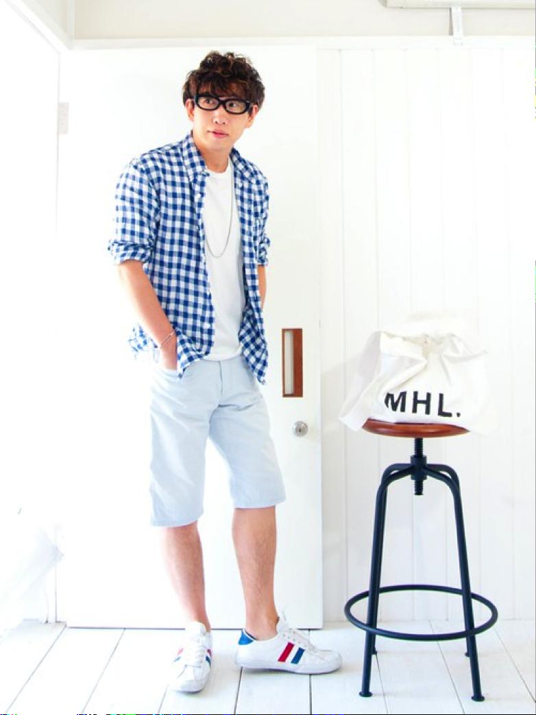 青系チェックシャツ×白ハーフパンツ