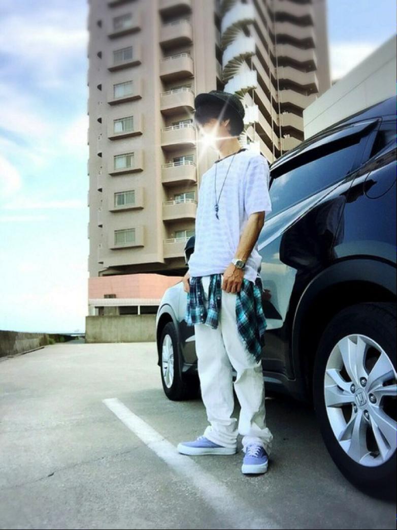 サマーニット×チェックシャツ×白パンツ