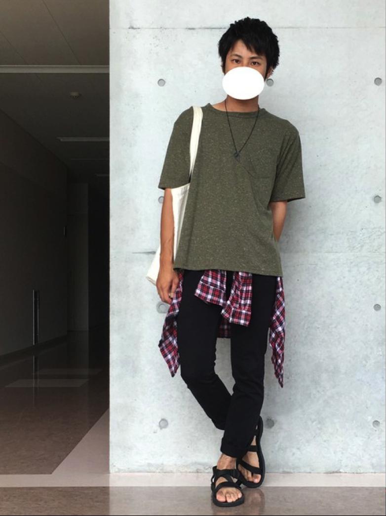 Tシャツ×サンダル×チェックシャツ