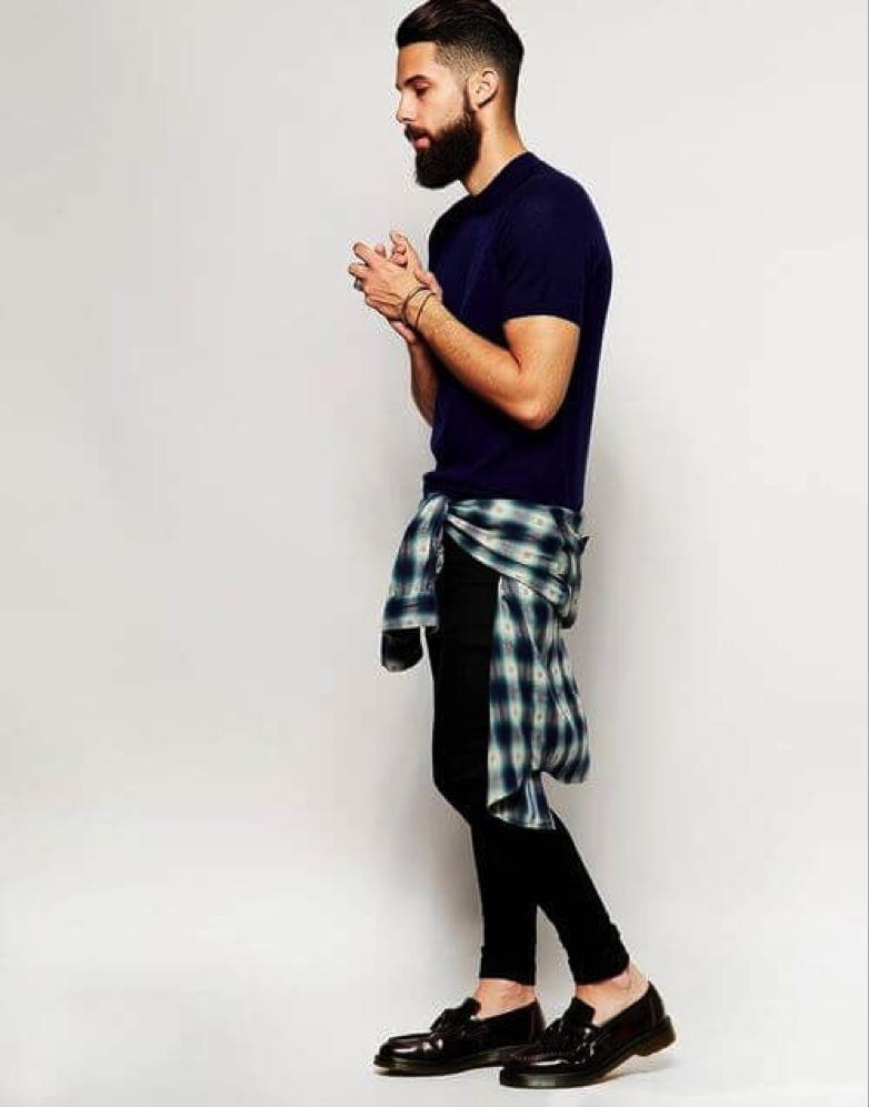 紺Tシャツ×黒パンツ×チェックシャツ