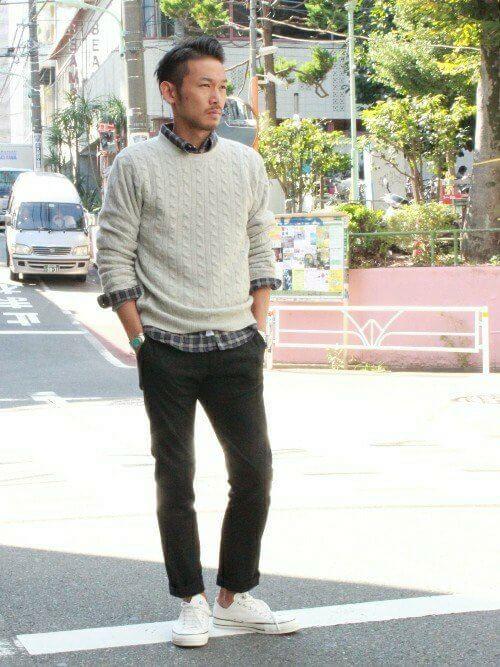 白セーター×チェックシャツ×黒パンツ