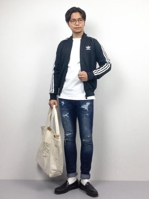 adidasジャージ×白カットソー×デニム