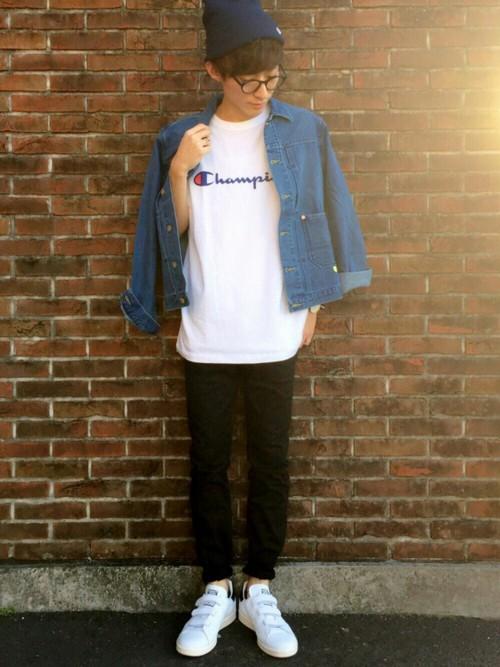 デニムシャツ×カットソー(champion)×黒パンツ