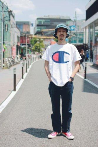 ハット×白カットソー(champion)×黒パンツ