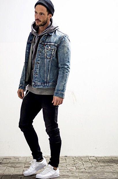 デニムジャケット×グレーパーカー×黒パンツ