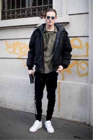 黒ダウンジャケット×カーキシャツ×黒スウェットパンツ
