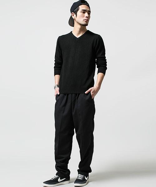 黒のVネックセーター×スウェットパンツ