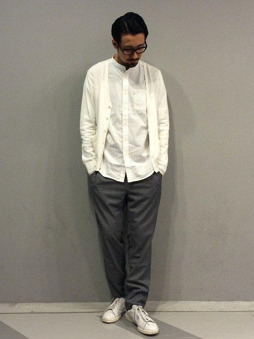 バンドカラーシャツ×白のカーデ×イージーパンツ