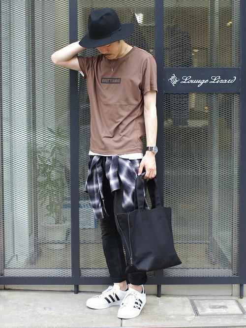 ブラウンTシャツ×黒のスキニー