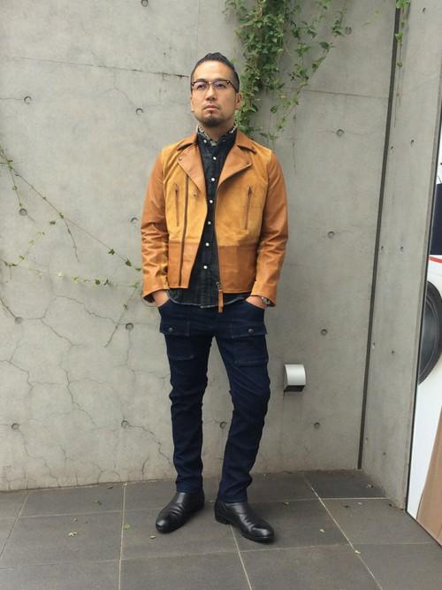 バンドカラーシャツ×キャメルのレザージャケット
