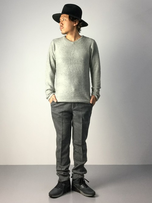 グレーのVネックセーター×グレーパンツ
