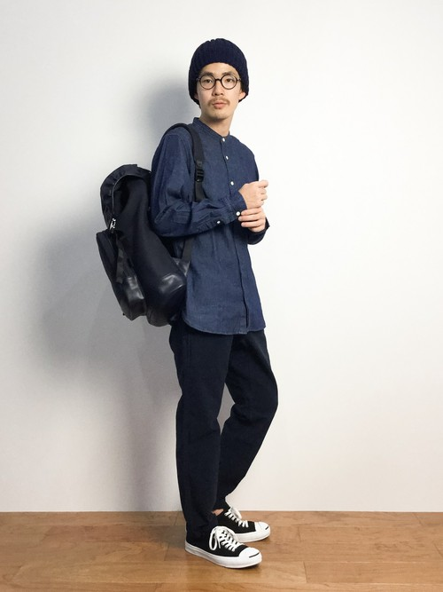 バンドカラーシャツ×黒のパンツ×ニット帽
