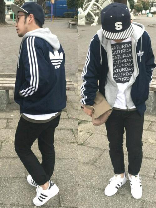ネイビージャージ×パーカー×白カットソー×黒パンツ