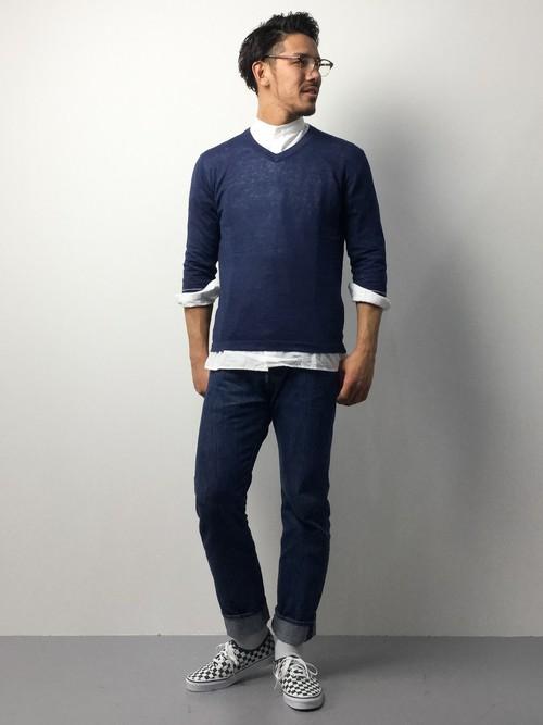 ネイビーのVネックセーター×ノーカラーシャツ