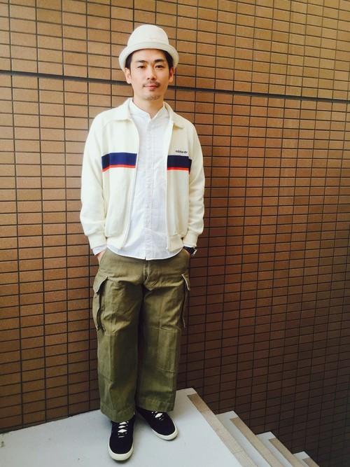 白ジャージ×白シャツ×カーゴパンツ