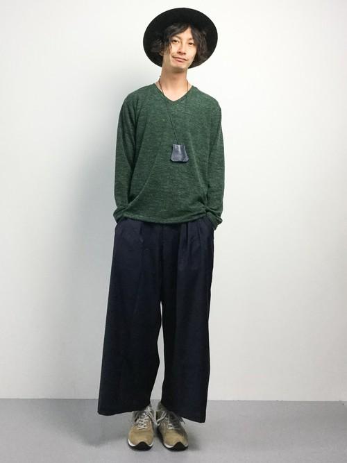 グリーンのVネックセーター×ワイドパンツ
