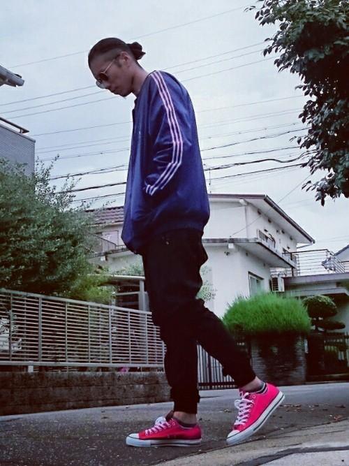 パープルジャージ×黒パンツ
