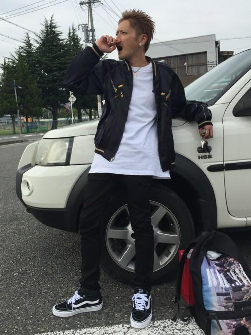 ブラック×白カットソー×黒パンツ
