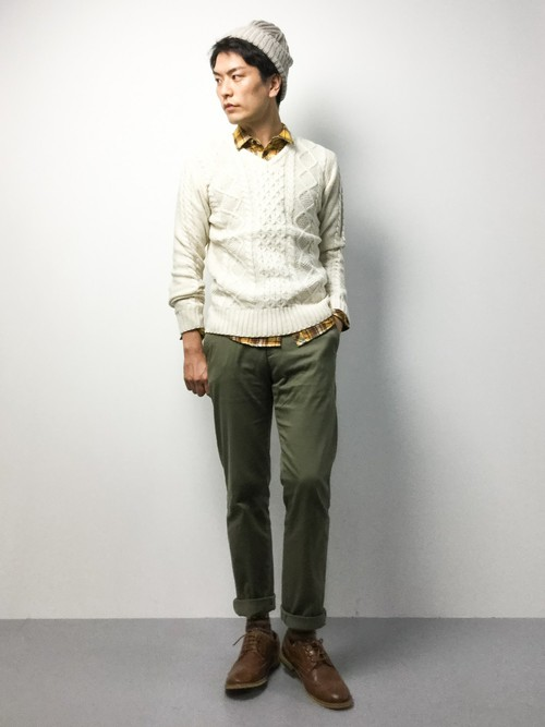ホワイトのVネックセーター×イエローのチェックシャツ