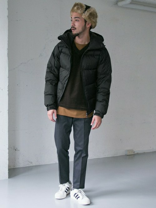 黒のVネックセーター×ダウンコート