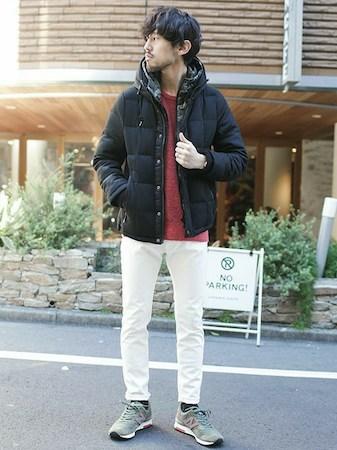 黒ダウンジャケット×赤ニット×白パンツ