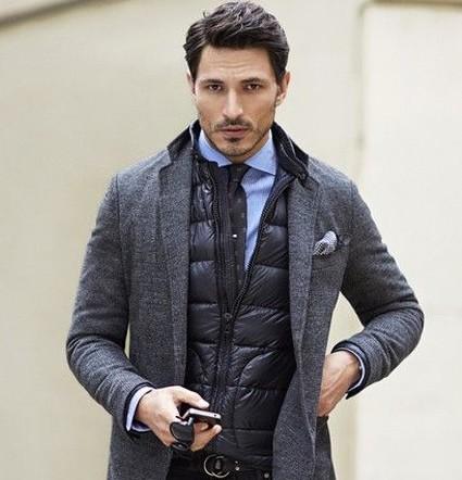 ダウンベストを着た男性