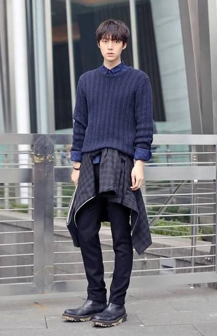ネイビーのセーター×ブラックスキニー