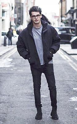 黒ダウンジャケット×グレーT×黒パンツ