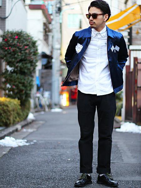 ネイビー×白シャツ×黒パンツ