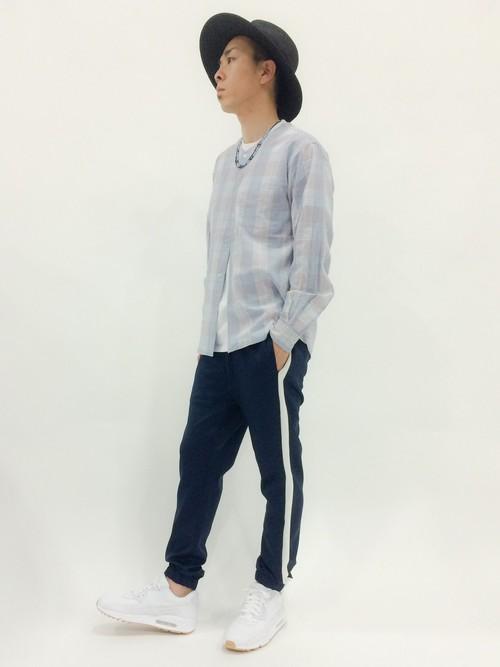 ノーカラーチェックシャツ×白カットソー×ジャージ