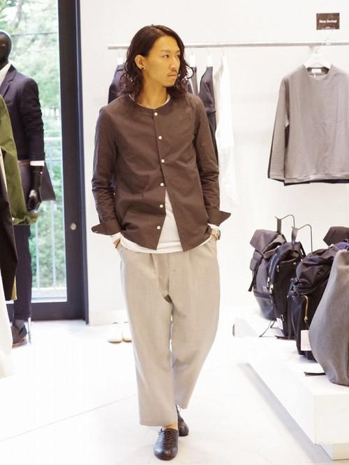 黒ノーカラーシャツ×白カットソー×ワイドパンツ