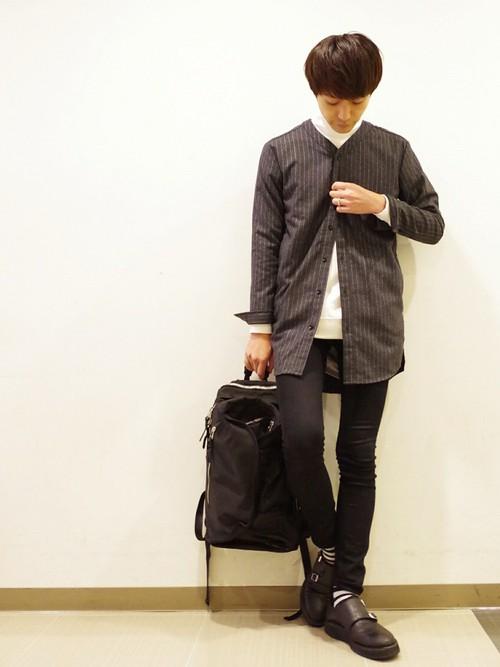 ストライプノーカラーシャツ×白カットソー×黒スキニーパンツ