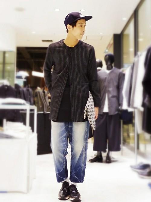 黒ストライプノーカラーシャツ×黒カットソー×ワイドデニム