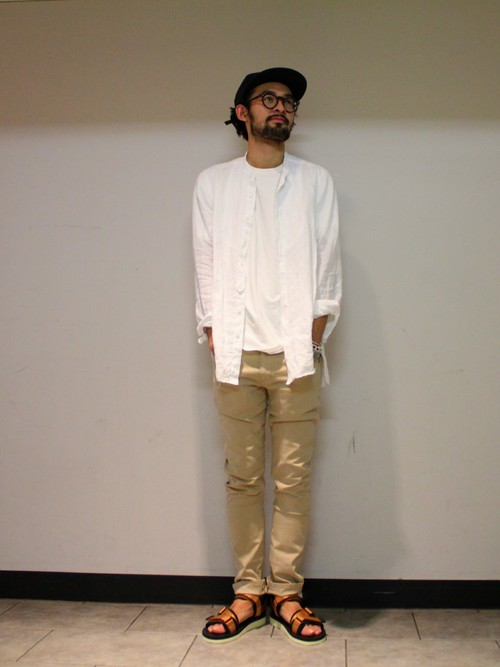 白ノーカラーシャツ×白カットソー×チノパン