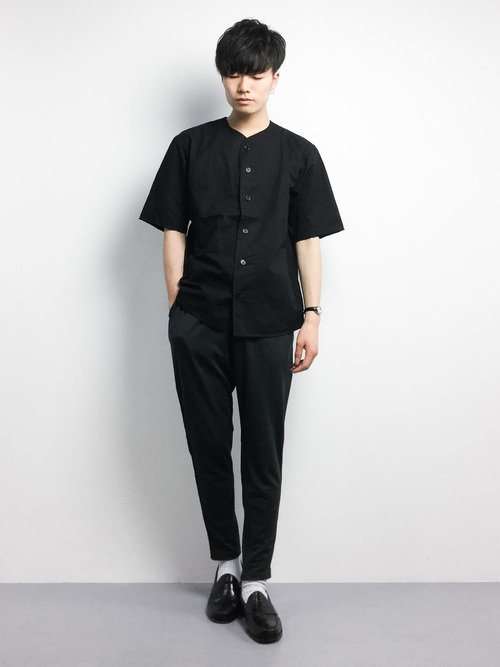 黒ノーカラーシャツ×スラックス