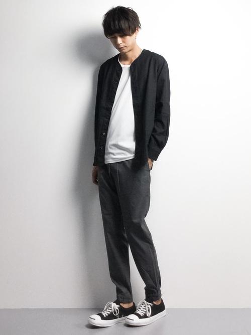 黒ノーカラーシャツ×白カットソー×グレージョガーパンツ