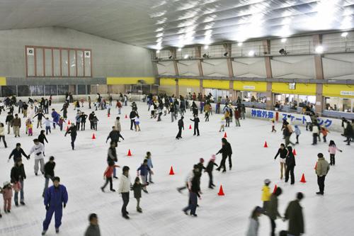 スケート場で遊ぶ画像
