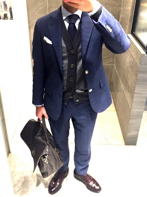 紺スーツ×紺ネクタイ×グレーストライプカーディガン