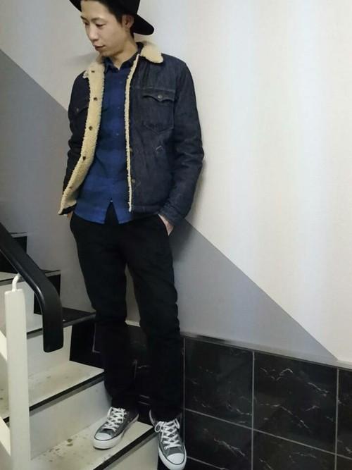 ボアデニムジャケット×チェックシャツ×黒パンツ×スニーカー