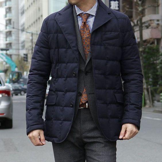 ダウンジャケット×スーツ×ネクタイ