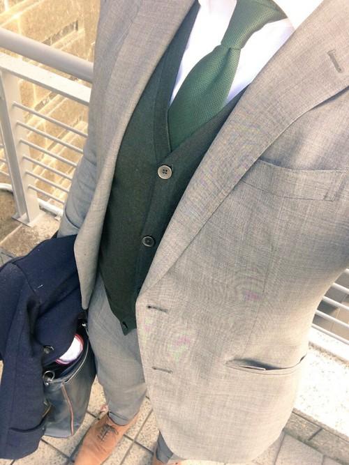 グレースーツ×緑ネクタイ×緑カーディガン