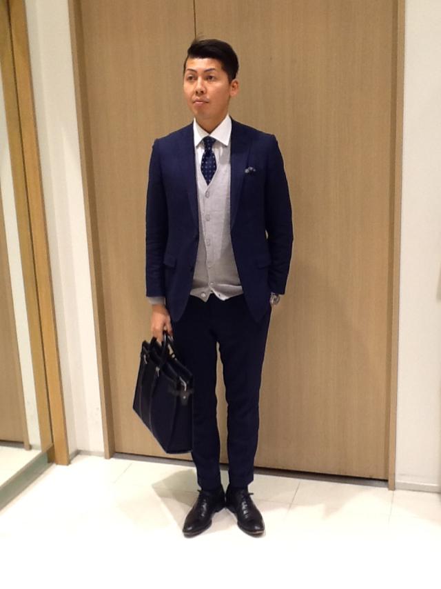 紺スーツ×ドットネクタイ×グレーカーディガン