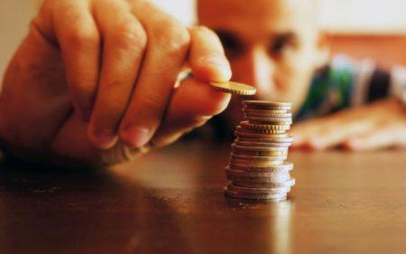 コインを積む男性