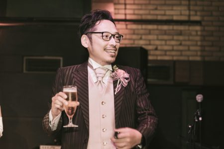 グラスを持った男性