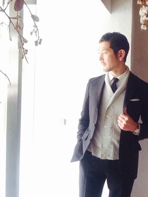 黒スーツ×白ダブルカーディガン